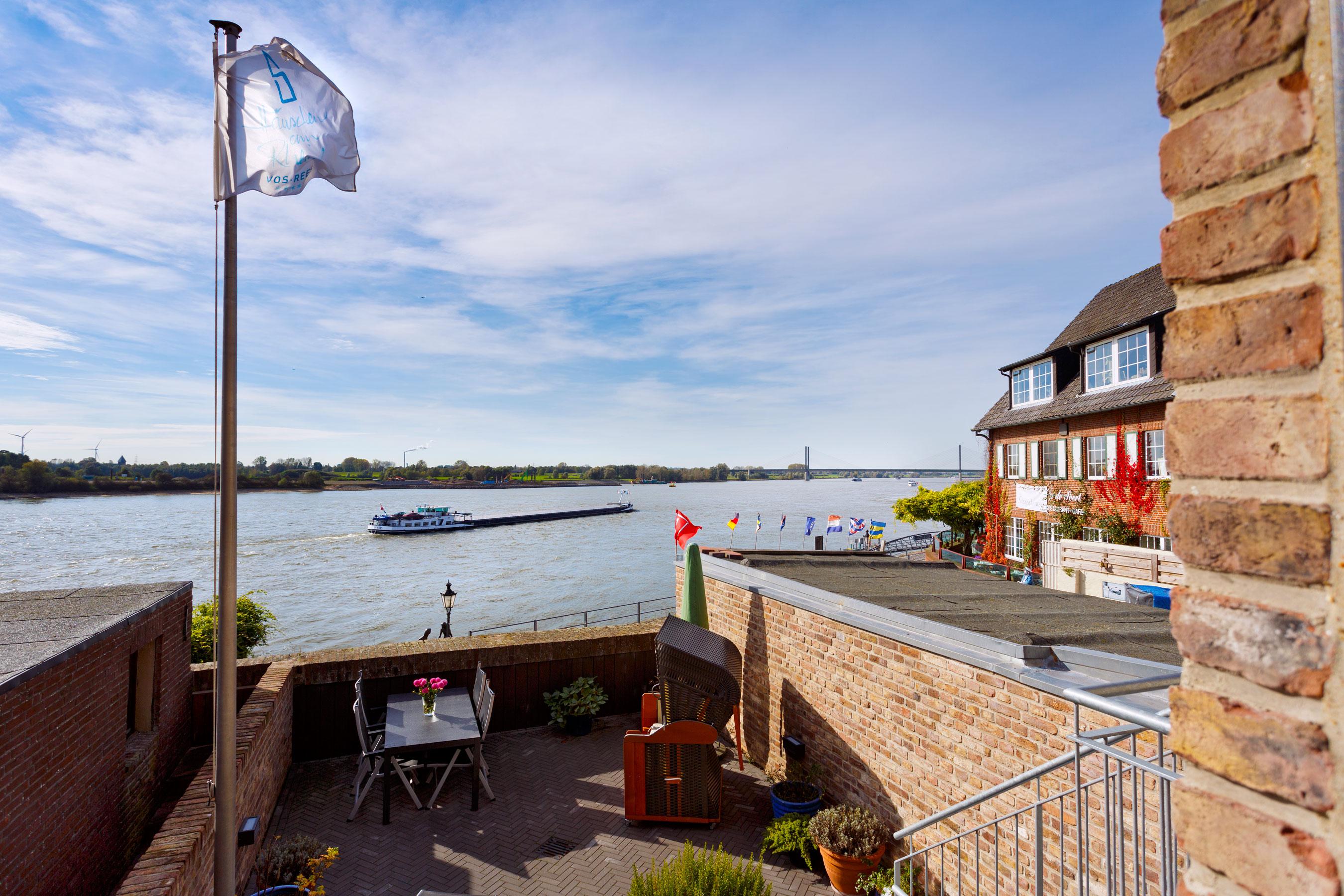 Häuschen am Rhein